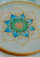 sálfestés - a hímzőráma feszesen tartja a selymet, amíg kifestem a színeket.